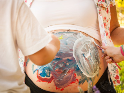 Painting Mummy's belly: maternity session